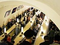 Реклама в метро. Щиты на эскалаторах. Щиты вдоль эскалаторов по спуску и подъему пассажиров.