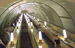 Реклама в метро. Щиты на эскалаторах. Щиты вдоль эскалаторов по спуску и подъему пассажиров к наземным вестибюлям метро.