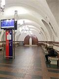 """Станция """"Фрунзенская"""". Станционный зал. Пол вымощен красным и черным гранитом образуя оригинальный геометрический орнамент."""