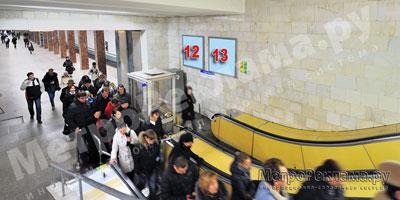 """Рекламные щиты по выходу пассажиров в город на станции """"Речной вокзал"""""""