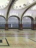 """Станция """"Маяковская"""".Станционный зал. Массивные пилоны заменены изящными легкими колоннами, покрытыми рифленой нержавеющей сталью.."""