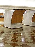 """Станция метро """"Парк Победы"""". Северный станционный зал. Пол вымощен полированным гранитом двух цветов """"шахматное поле"""" коричневого и светло-бежевого тонов."""