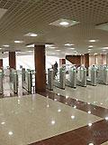 """Станция метро """"Митино"""" Станционный вестибюль, турникеты для входа пассажиров на станцию."""