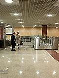 """Станция метро """"Митино"""" Балкон северного вестибюля. Турникеты по выходу пассажиров в город.... станция открылась вчера и я впервые на ней, подскажите мне - на улицу Дубравная я правильно выхожу из метро"""