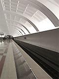 """Станция метро """"Митино"""" Вход в станционный зал с балкона северного вестибюля. По оси станционного перрона установлены информационные щиты"""