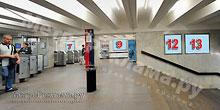 """Станция """"Бабушкинская"""". Северный подземный вестибюль станции. Лестница по входу/выходу пассажиров из станционного зала в подземный вестибюль. Несветовые щиты, рекламные места ??7, 9, 12, 13"""