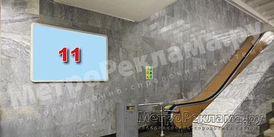 """Станция """"Новогиреево"""". Южный подземный вестибюль станции. Эскалаторный зал, левая стена по выходу пассажиров. Щит несветовой размером 1,8 х 1,2 м. Рекламное место ? 11. Хороший обзор по выходу пассажиров в город."""