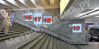 """Станция """"Новогиреево"""". Северный подземный вестибюль станции. Лестница по входу/выходу пассажиров из станционного зала в подземный вестибюль. Несветовые щиты, рекламные места ?? 16, 17, 18, 19"""
