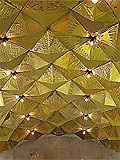"""Станция """"Авиамоторная"""". Свод станционного зала имеет подвесной декоративный купол из анодированных под золото пирамид."""