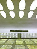"""Станция """"Нахимовский проспект"""". Станционный зал. Путевые стены облицованы белым мрамором """"коелга""""."""
