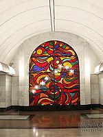 """Станция метро """"Дубровка"""", центральный станционный зал. На торцевой стене зала размещён витраж """"Вечный огонь"""""""