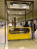 """Станция метро """"Волжская"""". Станционный зал.  Скамьи для пассажиров встроены в импровизированную """"беседку""""."""