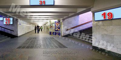 """Северный вестибюль станции  """"Марьино"""". Выход в город из подуличного перехода на ул. Люблинская. (нечётная сторона), и ул. Новомарьинская. Информационный указатель ? 19 при выходе из стеклометаллических дверей подземного вестибюля, правая сторона"""
