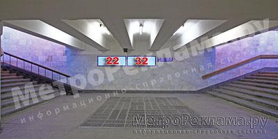 """Северный вестибюль станции  """"Марьино"""". Выход из поуличного перехода на ул. Люблинская. (чётная сторона), и Новомарьинская. Указатели на торцевой стене ?? 22, 32"""
