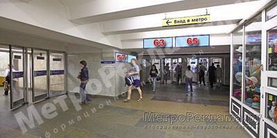"""Южный вестибюль станции  """"Марьино"""". Подземный вестибюль, информационные указатели ? 63, 65. Потолочная балка по выходу пассажиров в город"""