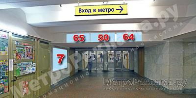 """Северный вестибюль станции  """"Марьино"""". Подземный вестибюль, несветовой щит ? 7, и информационные указатели ?? 65, 50, 64 на потолочной балке по выходу пассажиров в город."""